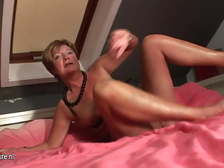 Amateur housewife squirting for everyone discontinue her bed