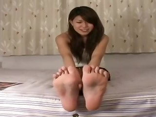 Cute Japanese unreserved shows her feet!