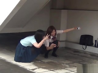 Japanese teenage skanks peeing