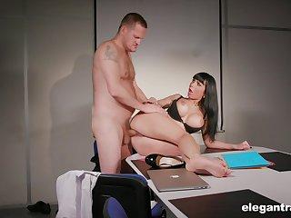Valentina Ricci pleases her boss with a special blowjob