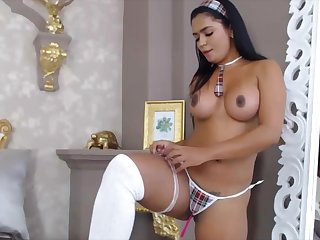 Sexy Latina has an awesome body and loves to show into abeyance obey webcam.