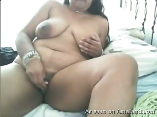 Fat amateur webcam call-girl keeps on masturbating her own meaty cunt