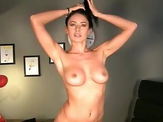 A cam model with a bangin' body shows her soul in a solo scene
