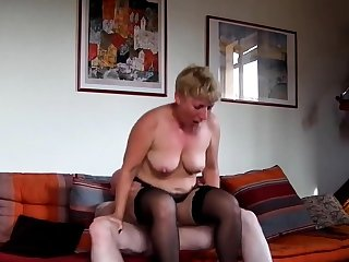 Amateur mature sur sofa